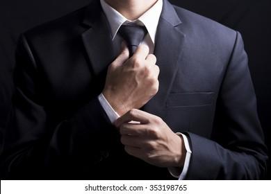 Geschäftsmann Adjust Necktie seinen Anzug