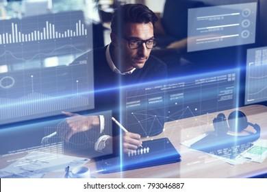 Empresario analizando los datos