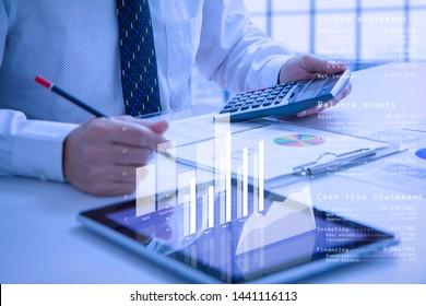 Calculadora de tenencias de empresas o analistas mientras se examinan los estados financieros para el análisis de la actuación profesional o de la corriente de efectivo