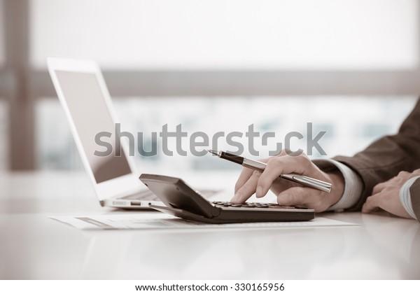 Geschäftsmann analysieren Investment Charts mit Laptop. Rechnungslegung