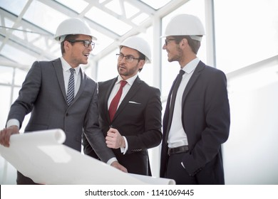 businessman asks questions to the chief architect