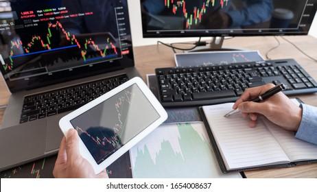 Business-man-Broker Analysieren von Finanzdaten Graphen und Berichten auf dem Bildschirm zu Investitionszwecken für Börsendiagramm