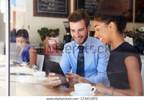 Geschäftsmann und Geschäftsfrau treffen sich im Coffee Shop