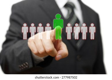 Geschäftsmann, der den richtigen Partner für viele Kandidaten auswählt