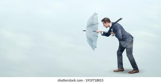 Geschäftsmann trotzt starkem Gegenwind