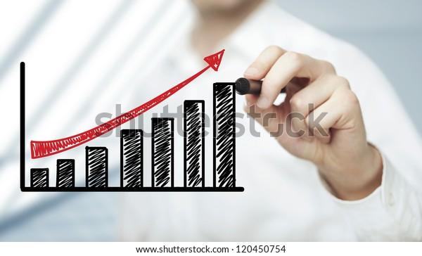 Geschäftsmann, der Gewinne auf weißem Hintergrund zeichnet