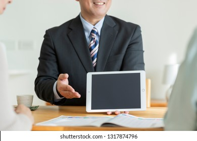 A businessman to explain with a tablet PC