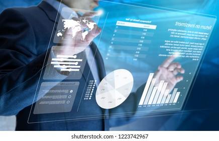 Empresario frente a la pantalla táctil informática moderna virtual que analiza la gestión del riesgo de inversión y el análisis del rendimiento de la inversión