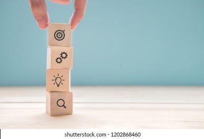 Geschäftsmann Hand arrangieren Holzblock mit Icon Geschäftsstrategie und Aktionsplan, Kopienraum.