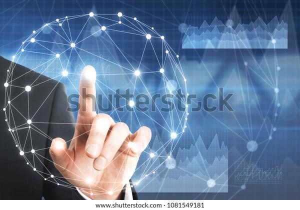 Geschäftsmann Hand, die auf abstraktes, rundes digitales Hologramm auf unscharfem Innenhintergrund zeigt. Medien- und Innovationskonzept. Doppelbelichtung