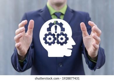 Empresario sostiene la cabeza con un icono virtual del mecanismo de engranajes. Concepto de negocio de habilidades blandas.