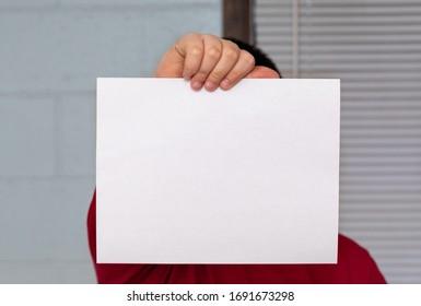 Un homme d'affaires tenant un papier vierge