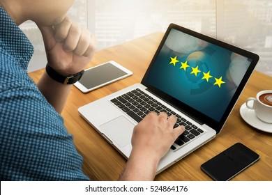 Homme d'affaires tenant un classement cinq étoiles, révision, augmentation de la note ou classement, évaluation et classification
