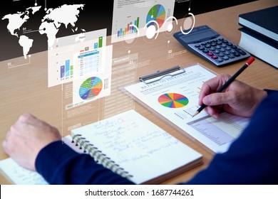 Businessman interactúa con gráficos de realidad aumentados mientras revisa a fondo los informes financieros para un análisis de rentabilidad de la inversión o del riesgo de inversión.