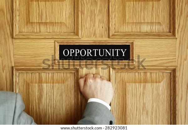 憧れ、進捗会議、プロモーションのための「機会」オフィスコンセプトの扉を開く実業家