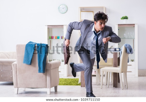 Empresario retrasado en el cargo debido al sueño después del trabajo nocturno