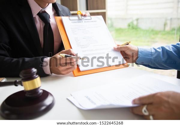 Geschäftsmann und Rechtsanwalt erklärt die Rechtsgrundsätze für Menschen, die kommen, um Beratung zu erhalten soziale Gerechtigkeit.