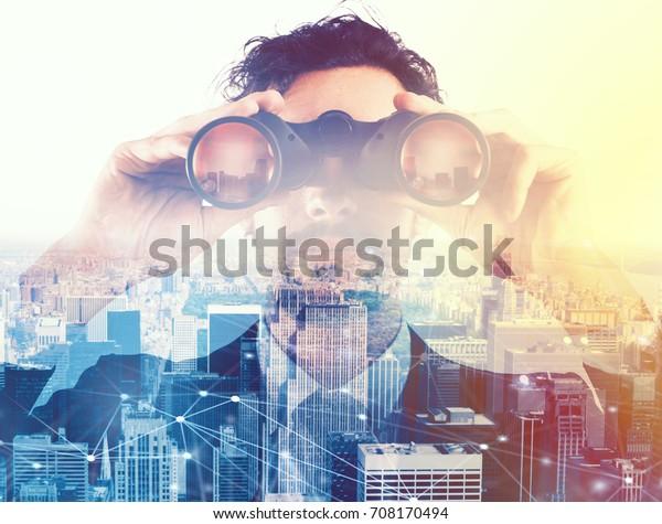 Empresario mirando al futuro con binoculares
