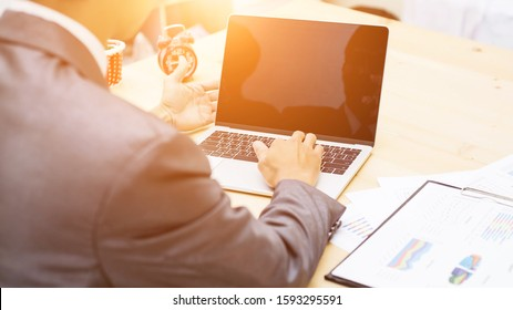 Businessman looking at an internet failure screen on a computer