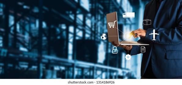 Geschäftsmann-Manager mit Laptop-Scheckbestellungen online Waren weltweit für Netzwerk mit moderner Warenlager-Logistik. Industrie des Logistiknetzkonzepts.