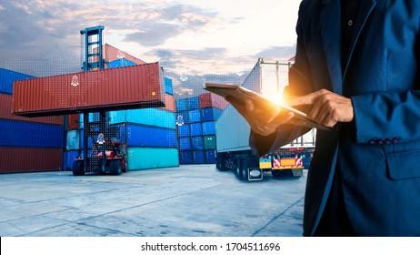 Geschäftsmann-Manager mit Tablet-Check und-Kontrolle für Mitarbeiter mit moderner Warenlager-Logistik. Industrie 5.0 Logistik- und Verkehrskonzept.