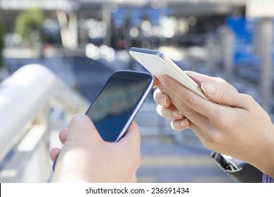 Businessman to operate the mobile phone