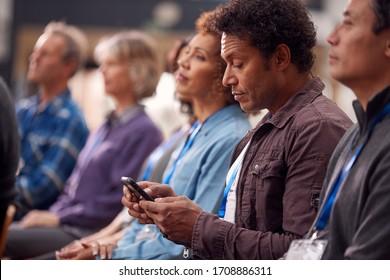 携帯電話の会議時にプレゼンテーション中の実業家