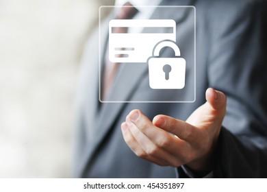 Empresario pulsando el botón de la tarjeta de crédito bloqueo de seguridad web
