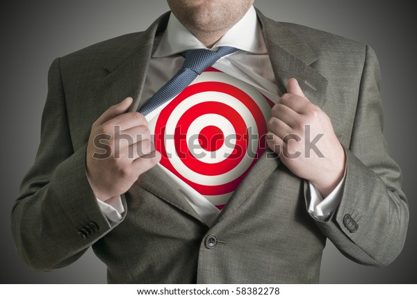 Ein Geschäftsmann zieht seinen Rock zurück, um ein Zielsymbol zu enthüllen.