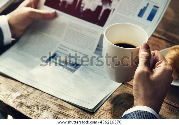 Geschäftsmann Reading Zeitung Drink Coffee Concept