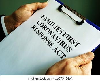Geschäftsmann liest Familien erste Koronavirus Reaktion Akt FFCRA.