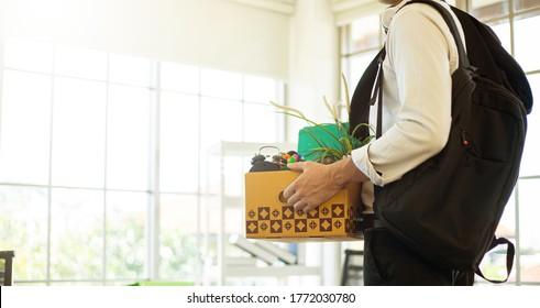 Empresario renuncia a su trabajo. Un hombre empaquetando y sujetando una caja para salir de la oficina del estudio. Ocupación de retiro.