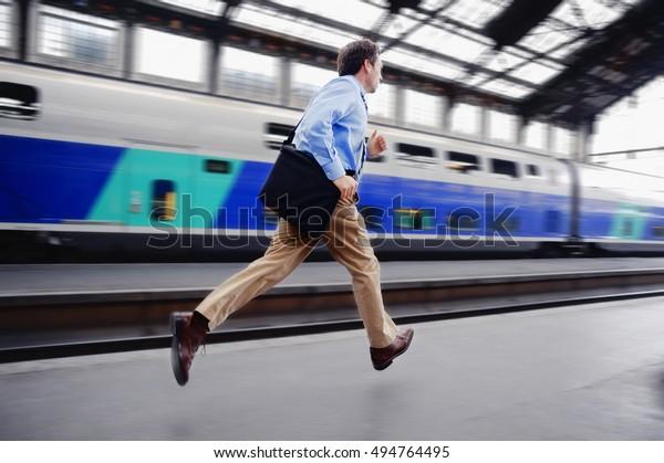 Empresario corriendo para tomar el tren