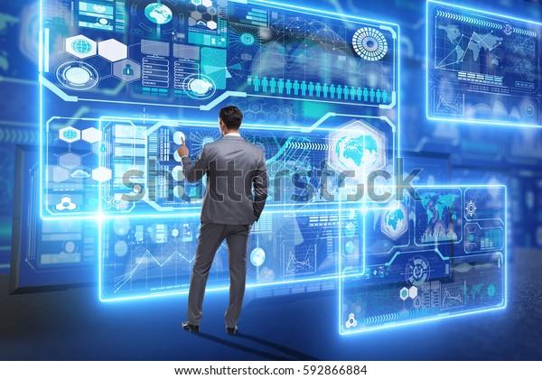 Homme d'affaires à la recherche de données massives