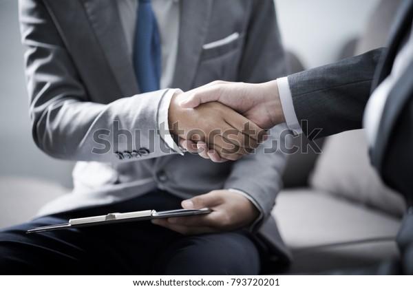 Geschäftsmann, der Händchen schüttelt, um ein Abkommen mit seinem Partner zu schließen
