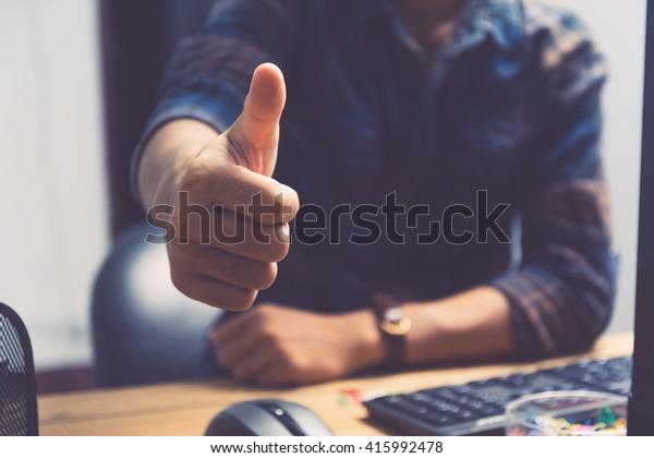 Бизнесмен показывая пальцы вверх - крупным планом выстрел
