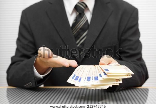 el hombre de negocios muestra que tomas dinero y aceptas el acuerdo. concepto de fraude financiero y precaución