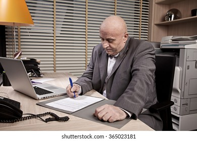 businessman sign a new contract