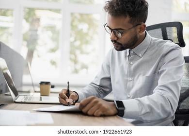 Geschäftsmann, der ein offizielles Dokument unterschreibt, Mitarbeiter-Stift, Unterschrift auf Papiervertrag