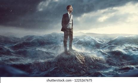 Empresario sentado en una roca en el surf