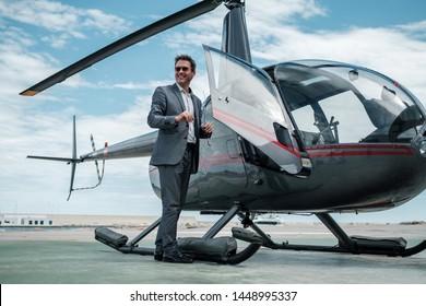 Empresario parado cerca de un helicóptero privado