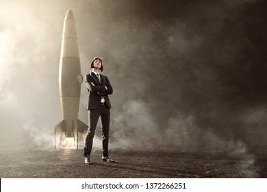Empresario parado frente a su cohete