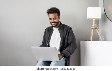 Junge Männer, die zu Hause Laptop-Computer benutzen