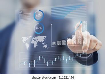 Empresario tocando el tablero financiero con indicadores clave de rendimiento