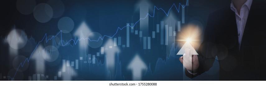 Homme d'affaires utilisant la flèche vers le haut du symbole du doigt, avec l'arrière-plan graphique et graphique des actions, le concept d'entreprise et d'investissement, la Bourse et la stratégie pour l'élaboration d'un plan de marché et les fluctuations de la Bourse