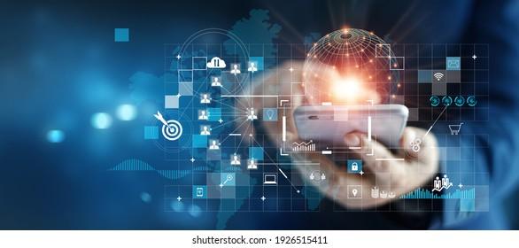 Geschäftsmann, das Mobiltelefon über globale Netzwerkverbindung auf Investor und Kunde mit Verkauf Datenaustausch und Entwicklung der Geschäftswelt. Technologie und digitales Marketing. Finanz- und Bankwesen.