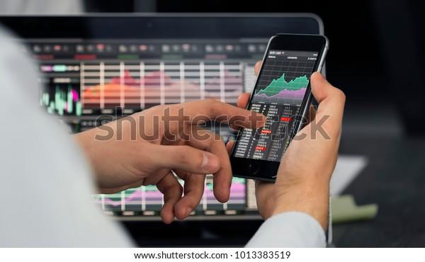 スマートフォンを使う実業家