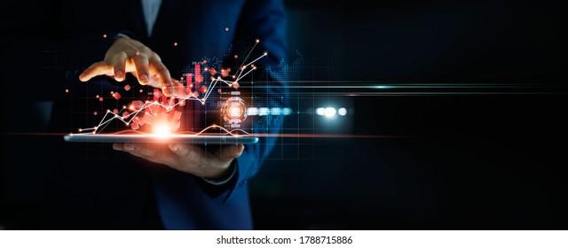 Geschäftsmann, der Tablet-Analysen von Verkaufsdaten und Wirtschaftswachstumsdiagrammen und Blockkettentechnologie im globalen Netzwerk auf dunklem Hintergrund verwendet.