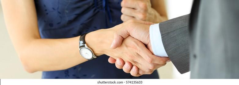 Geschäftsmann und Geschäftsfrau schütteln sich die Hände als hallo im Büro, Nahaufnahme. Begrüßung, Einführung, Begrüßung oder Dank Geste, Produktwerbung, Partnerschaftserlaubnis, Arm, Schnäppchen auf Deal Concept