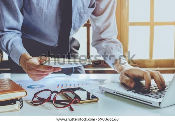 Empresario que trabaja con un portátil que conecta el concepto de redes